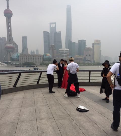 Sposa fotografata al Bund, a Shanghai